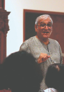 Dr. Mohan Agashe interacting with the audience.