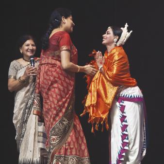Nandita Harish felicitates, Director of Odissa Dance company Aruna Mohanty, as Rathna Kumar, Artistic Director of Samskriti looks on (far left).              Photos: Amitava Sarkar