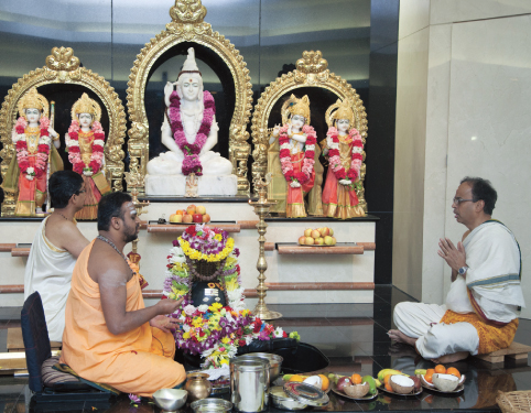 The priest, Sri Ganesh, Sri Harish  and Sri Chandrasekhar performed the abhisekam of the glowing Sivalinga in complete harmony with his chanting of the Rudram.
