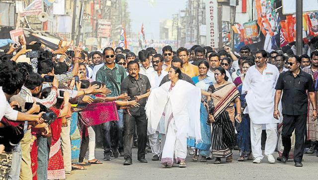 banerjee-subhankar-chakraborty-campaign-elections-hindustan-scheduled_b5b49dae-f9d1-11e5-a25a-3bf9e8f27f9b