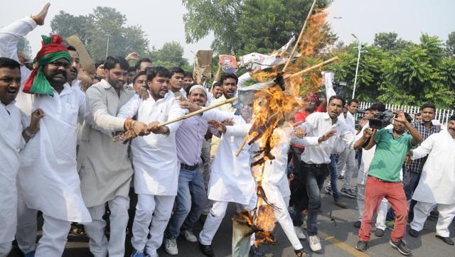 protesting-residence-hindustan-lucknow-akhilesh-kalidas-supporters_f55a4842-992b-11e6-9285-1c368c2fb449