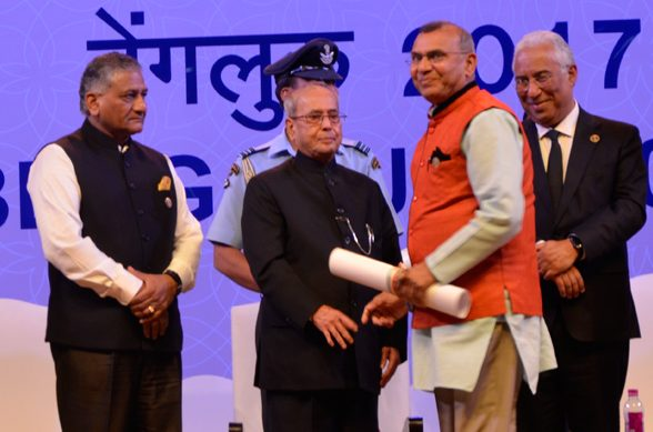 Ramesh Shah   receiving   Pravasi Bharatiya Samman Award from President of India  Hon. Pranab Mukherjee.