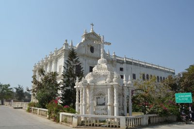 St. Paul's Church in Diu is known for its traditional baroque architecture in white stucco. The altar, which has the image of St. Mary, is carved out of a single piece of Burmese teak and can be lit up with up to 101 candles.