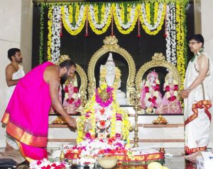 The priest, Sri Ganesh, Sri Radhuram and  Sri Harish performed the abhisekam in complete harmony with his chanting of the Rudram.