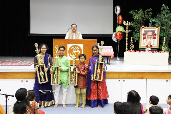 Slokathon Trophy winners, from left: Nithya Kodarapu, Nitheesh Chander Kodarapu, Pranav Sriram andChinmayee Madhava with Acarya Gaurang Nanavaty.