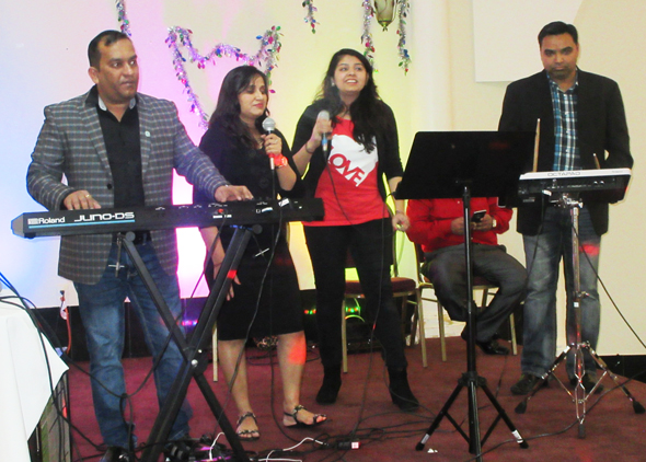 The Drum Beat Orchestra Abdul Merchant, keyboards; singers Shamim Khoja, Jasmine and Shamir Danani (seated) and Sharif Maradia, electric drum – serenaded the guests.