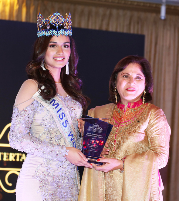Neeta Bhasin receiving the South Asian Women Empowerment Award 2018 from Miss World 2017 Manushi Chillar.
