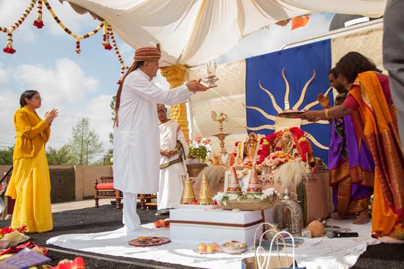 Acharya Gaurang Nanavaty performing Aarti under the guidance of Priest Sri Ganesh Sathyanarayana.
