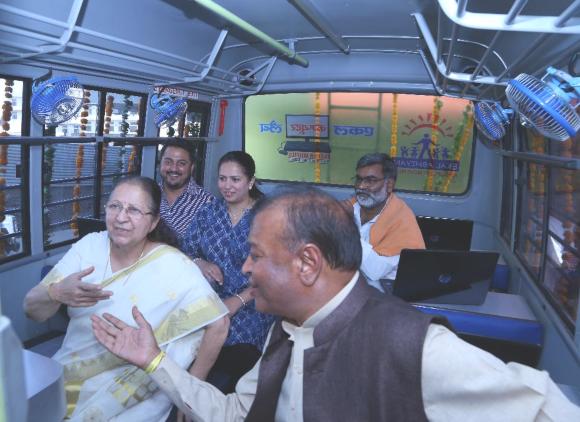 Amit and Arpita Bhandari behind Lok Sabha Speaker Sumitra Mahajan at the inauguration of the bus.
