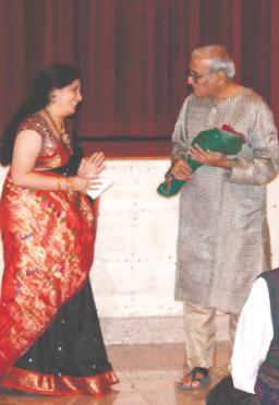 HMM President Sharmila Mohrir felicitating Dr. Mohan Agashe.