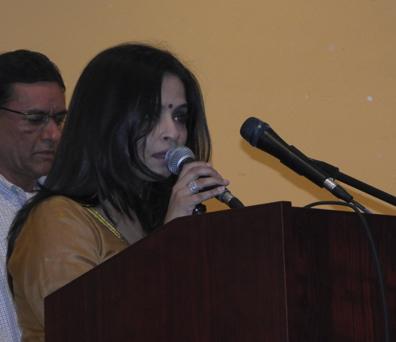Kashmira Naik singing an opening bhajan.