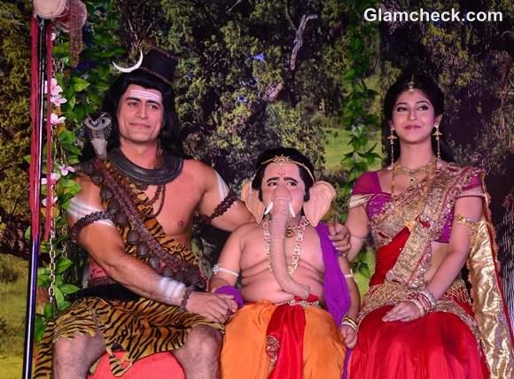 Mahadev-Ganpati-and-Parvati-on-a-jhoola-on-the-sets-of-Devon-Ke-Dev-Mahadev