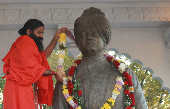 Garlanding Vivekanand statue in Chicago