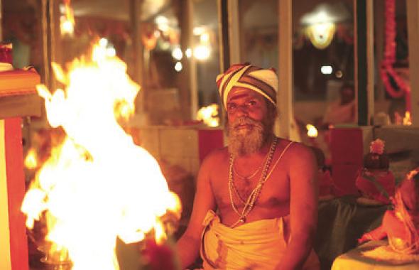 Sri Kalyana Sundara Bhattar performing Homam.
