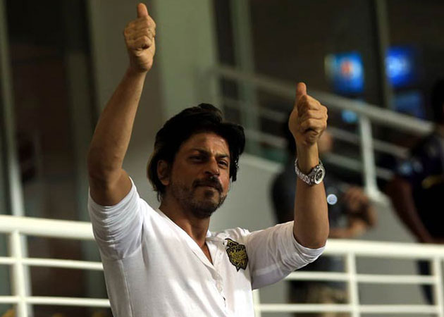SRK blew kisses towards his fans during the felicitation ceremony. Image courtesy: BCCI