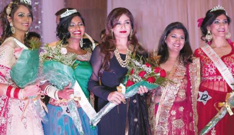From left: Kiran Gulati (2nd runner up), Pavana Gadde (1st runner up), Raveena Tandon, Ruchika Dias (Bollywood Shake Founder and CEO), and Nina Desai (Mrs. Bollywood 2014 Winner).