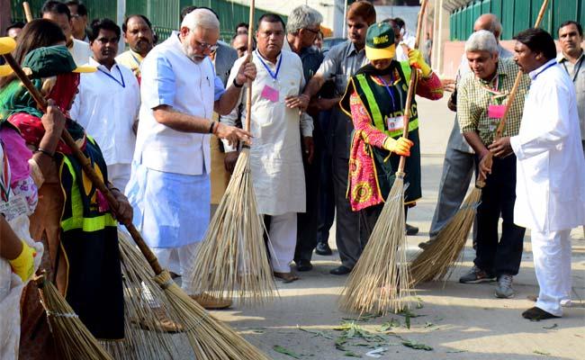 PM_Modi_broom_AFP_650