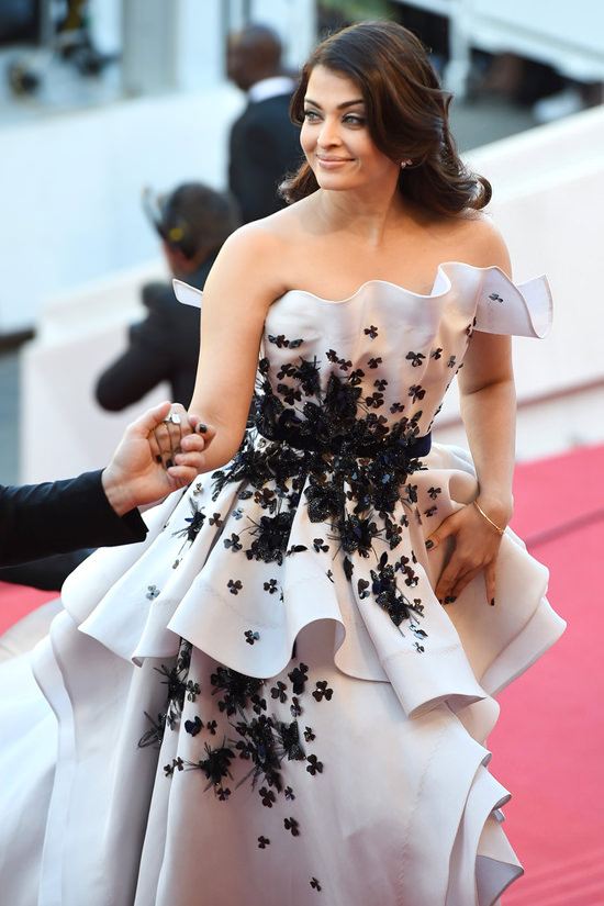 Aishwarya-Rai-2015-Cannes-Film-Festival-Youth-Movie-Premiere-Red-Carpet-Fashion-Ralph-Russo-Tom-Lorenzo-Site-TLO-4