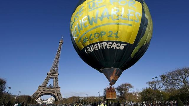 greenpeace-activists-climate-depicting-conference-eiffel-balloon_82b80790-9956-11e6-98f6-96638e85be2b