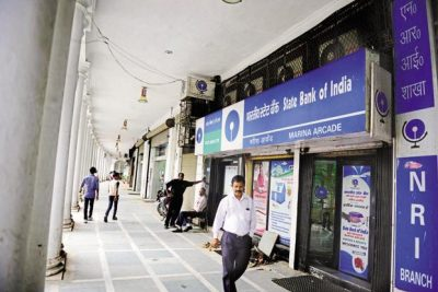 After SBI cut its MCLR by 90 bps on Sunday, other lenders such as PNB, Andhra Bank, Dena Bank, ICICI Bank and Kotak Mahindra Bank followed suit, cutting their MCLR by 45-75 bps. Photo: Pradeep Gaur/Mint