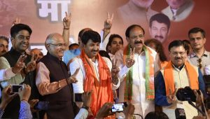 BJP Delhi president Manoj Tiwari and Union minister Venkaiah Naidu at the press conference at the BJP office in New Delhi on Wednesday after the MCD election results were announced.(Arvind Yadav/HT PHOTO)
