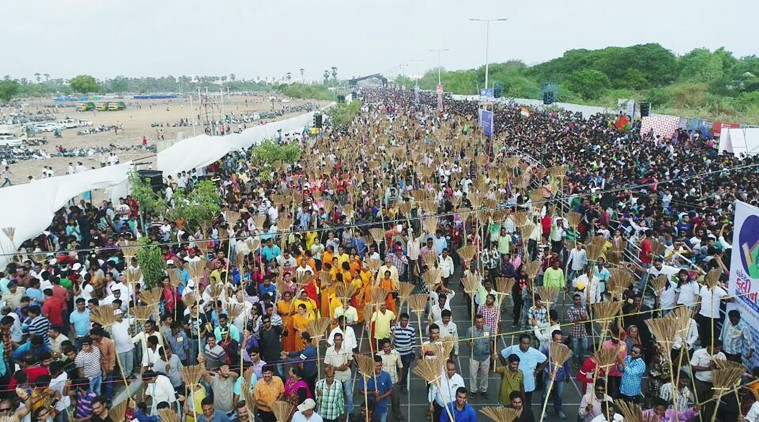 The Vadodara cleanliness' drive saw about 50,000 people in attendance as they cheered and rendered their support to the participants. (Source: Trendz 360/YouTube)