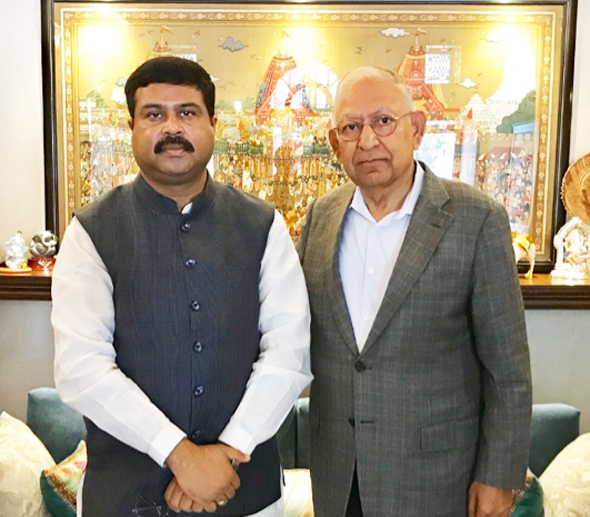 Dr. Durga Agrawal (right) with India's Minister of State for Petroleum and Natural Gas, Dharmendra Pradhan.