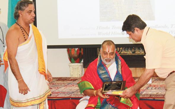 Urmil Shulka Founding Trustee of HTW Honoring Sriman KV Doraiswamy Bhattar