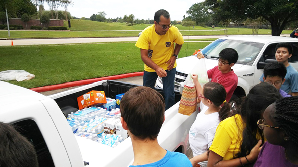 Sewa Volunteers handing over supplies, to the shelters.