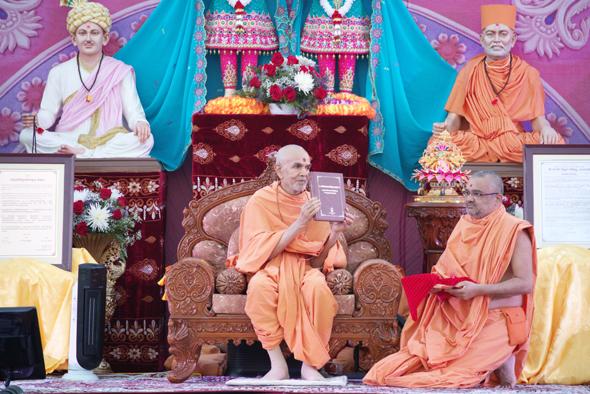 His Holiness Mahant Swami Maharaj inaugurates the Svaminarayaṇa-siddhanta-sudha – a historic philosophical work by Mahamahopadyaya Pujya Bhadreshdas Swami and announces Parabrahman Svaminarayaṇa's Darsana as the Aksara-Purusottama Darsana