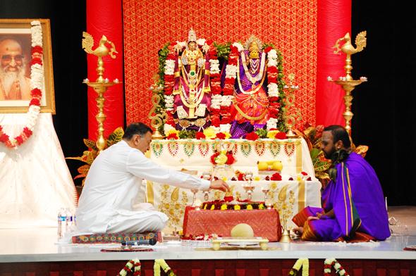 Acarya Sri Gaurang Nanavaty performing the puja. Sri Ganeshji, the head-priest of Sri Saumyakasi Sivalaya led the puja. Photo: Rajesh Thatte
