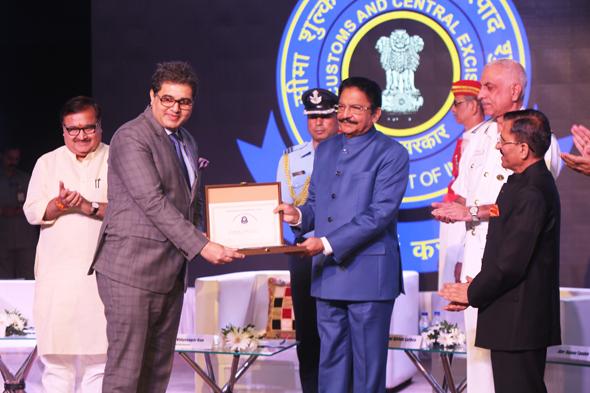 Shri Bharat Gade Receiving Award from Maharashtra Governor Vidyasagar Rao.