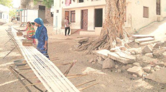Women weaving cotton yarn in Kaithun.